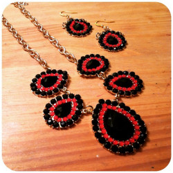 BLACKREDNECKLACE